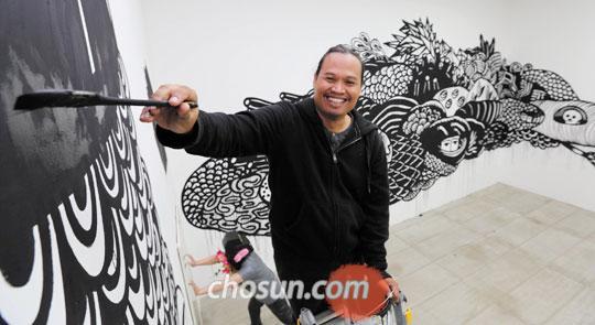 지난 27일 서울 청담동 아라리오갤러리에서 벽화 마무리 작업을 하고 있는 에코 누그로호.
