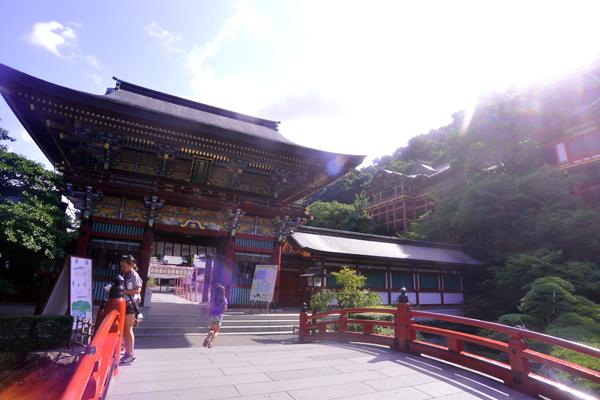붉은색 다리가 놓여진 유토쿠이나리신사(祐徳稲荷神社) 입구