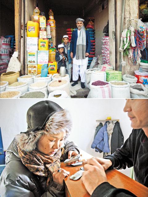 아프가니스탄 헤라트 시(市)의 길거리에서 곡물을 팔고 있는 상인(위)과 몽골 울란바토르의 한 휴대폰 수리점.