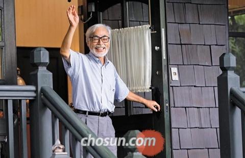 인터뷰가 끝난 뒤 미야자키 감독이 문 앞으로 나와 취재진에게 손을 흔들고 있다.