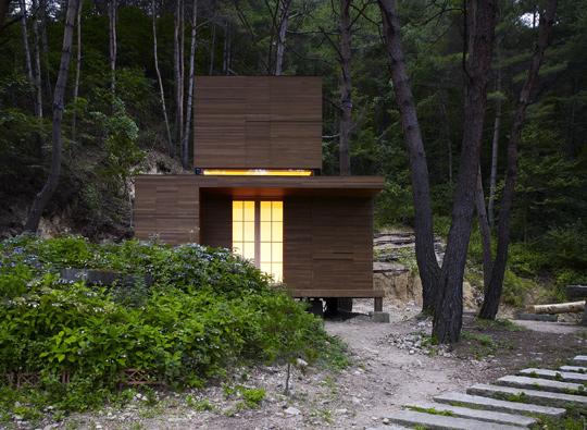 건축가 김희준이 설계한 강원도 오대산의 암자'정·방(靜·房)'. 수도자가 기거할 수 있게 만든 곳으로 연면적 18㎡(5.5평)에 방·주방·화장실이 딸렸다