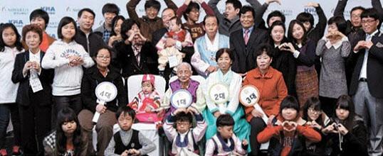 박봉순 할머니의 5대 가족. 다 모이면 100명이 넘는다. 가운데 앉은 1-2대 박봉순 손옥분 할머니 모녀는 가족들의 정신적 기둥이다./한국노바티스 제공