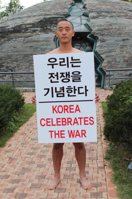 독립영화감독 강의석이 국군의 날인 지난 1일 오전 서울 용산구 전쟁기념관 형제의 상 앞에서 누드 퍼포먼스를 펼치고 있다./강의석 페이스북 캡처