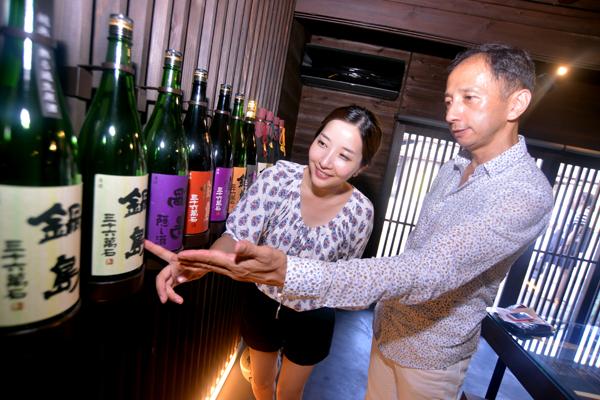 후쿠치요 주조장에서 생산하고 있는 사케 브랜드 나베시마에 대해서 설명하고 있다. 이 주조장에서 생산한 사케 나베시마다이긴조는 2011 국제 와인 대회에서 1위를 차지했다