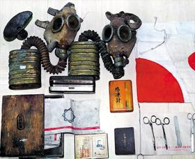 일본군 생물학전 부대인'731부대'가 생체실험용으로 사용했던 각종 해부용 기구와 소화 13년이라 새겨진 방독면, 당시 부대원들이 착용했던 완장과 신분증.