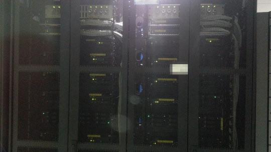 LG유플러스 통신망 장비에는 각 담당자의 명함이 붙어 있다. 사진은 LG유플러스가 아닌 P사의 명함이 붙어있는 모습 /박성우 기자
