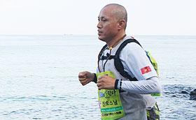 지난 8월 탈북 청소년 장학금 마련을 위해 제주도 일주도로 220㎞를 달리고 있는 진오 스님.