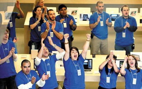 2010년 아이패드가 출시됐다는 소식을 듣고 애플 매장 직원들이 환호성을 지르고 있다. 애플은 매장 직원을 뽑을 때도 고객들에게 최고의 서비스와 열정을 전달할 수 있는 인재를 선발하기 위해 노력한다.