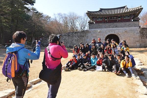 제3관문 조령관 앞에서 기념촬영을 하던 충북 제천 세명고등학교 학생들.