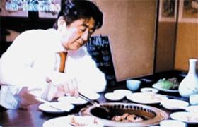 아베 신조 일본 총리가 자신의 단골 한식당인 '가레아' 도쿄 야키니쿠점에서 직접 집게를 들고 갈비와 우설, 곱창을 굽고 있다.