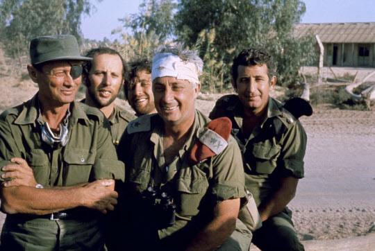 1973년의 욤 키푸르 전쟁에서 부상당해 이스라엘 국민들 사이에서 영웅으로 더오른 아리엘 샤론 장군과 모세 다얀 장군.