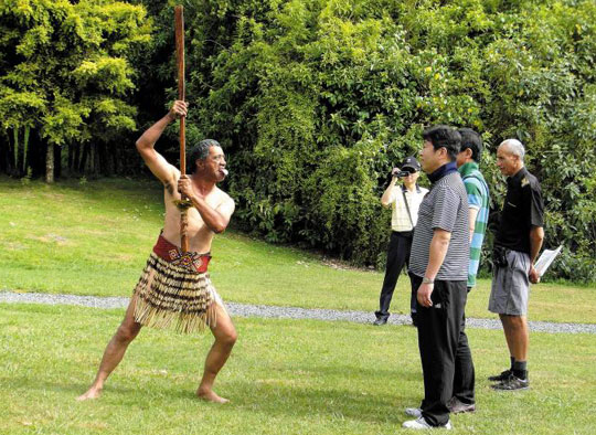 모코이아 섬에 있는 원주민 마오리족이 관광객들에게 전통 풍속을 보여주고 있다. / 롯데관광 제공
