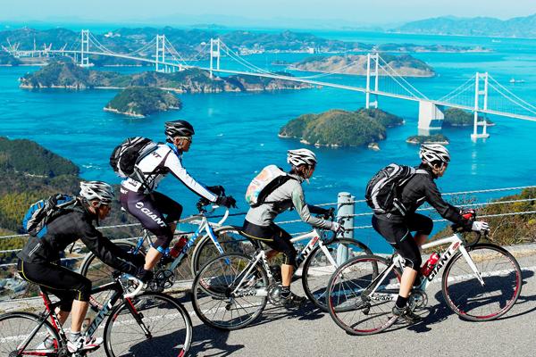 오시마 섬 기로산 전망대를 오르는 도로 왼편으로 시마나미해도와 쿠루시마 해협 도로가 내려다 보인다