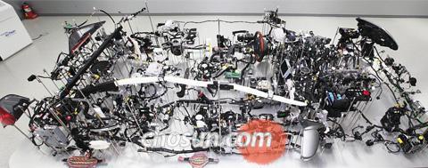 반도체 1000개 들어가는 에쿠스 에쿠스의 강판을 제거하고 나면 차량 내부에 컴퓨터(전자제어장치) 47대가 있고, 그 안에 반도체 칩 1000개가 들어 있다. 이를 이어주는 것이 3.6㎞에 이르는 배선이다