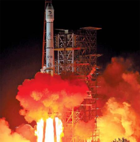 중국의 무인(無人) 달 탐사차량'옥토끼(玉兎)호'를 실은 위성'창어(嫦娥) 3호'가 2일 오전 1시 30분(현지 시각) 쓰촨(四川)성 시창(西昌) 위성발사센터에서 발사되고 있다. 옥토끼호가 달 착륙에 성공하면 중국은 소련·미국에 이어 세계 세 번째 달 착륙 국가가 된다