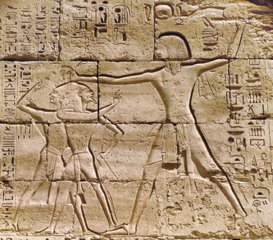 고대 이집트 제22대 왕조 창설자 파라오 셰송크 1세(시샥)이 그의 적들을 쳐부수는 장면. 이집트 카르낙에 있는 아문 신전 벽에 조각되어 있다. 그는 이스라엘의 통일왕국을 정치적 술수로 분열시키고 무력으로 침공하였다.