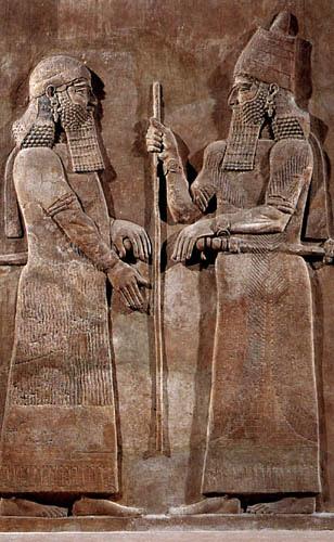 전임 황제들이 시작한 이스라엘 민족의 북왕국 멸망과업을 서기전 722년에 마무리 지었던 앗시리아의 황제 사르곤 2세가 신하 앞에서 막대기(홀)을 들고 있다. 이라크의 북쪽지방에 있는 코르사바드에서 발견된 알라바스터(설화석고) 돌판. 높이 3.3 m. 1842년에 프랑스 고고학자 에밀 보타가 발견했다.