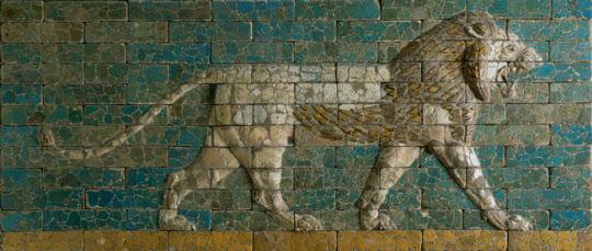 이스라엘 민족의 남왕국 유다를 서기전 587년에 멸망시킨 바빌론의 황제 네부카드네짜르 2세가 바빌론에 서기전 575년경에 만든 이시타르 성문의 일부. 불로 구워 유리처럼 반들거리게 한 벽돌로 만든 성문에 부조된 걸어가는 사자. 그의 통치기간 중에 바빌론은 유프라테스 강이 가운데로 흐르는 3백만 평의 대도시로 발전했다. 그는 불가사의한 공중정원을 만든 것으로도 유명하다.