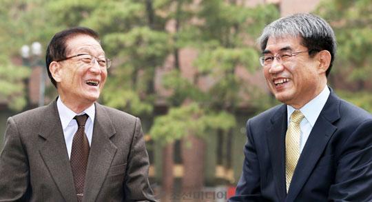 """김경동(왼쪽) 교수는""""자연과학계에서 인문사회 분야에 이 상을 주셨다는 것이 더없이 소중하고 귀중하다""""고 했다.' 탄소문화상'을 제정한 이덕환(오른쪽) 교수는""""상대의 업적을 실체로서 인정하는 것이 진정한 융합""""이라고 했다."""