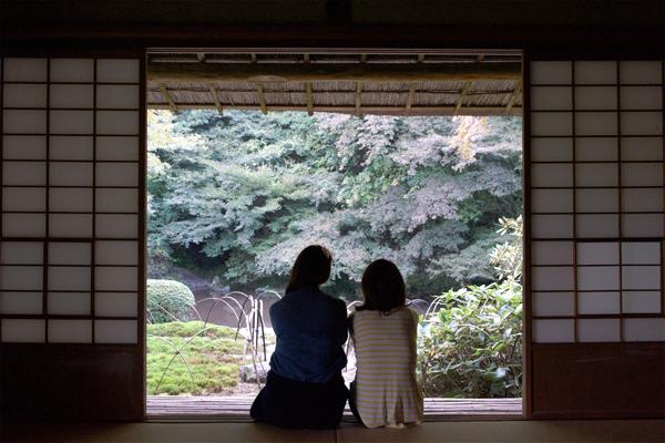 건물 내 마련된 다실(茶室)에서 바라보는 정원의 풍경은 마치 그림 같다.