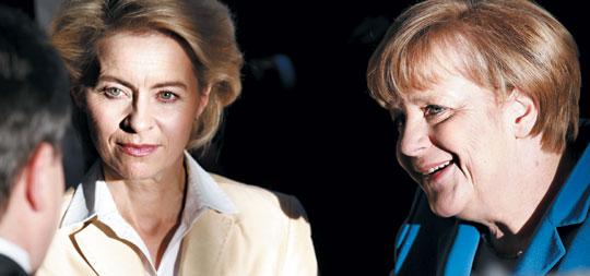독일 우르줄라 폰데어라이엔(왼쪽) 노동부 장관과 앙겔라 메르켈 총리가 16일 연립정부 합의 서명 기념식에 앞서 이야기를 나누고 있다.