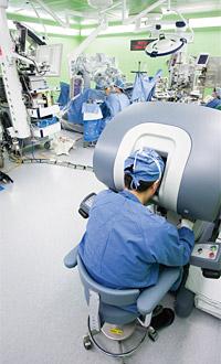 서울대병원에서 다빈치 수술로봇을 이용해 직접 시술하고 있는 장면. photo 서울대병원