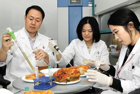 CJ제일제당은 한국 대표 발효 식품인 김치 속 유산균에서 아토피 등 피부 가려움증을 개선하는 기능성을 입증해내 상품화에 성공했다. /CJ제일제당 제공