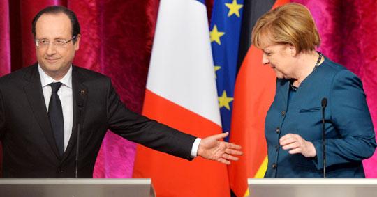 3선에 성공한 앙겔라 메르켈(오른쪽) 독일 총리와 프랑수아 올랑드 프랑스 대통령이 18일(현지 시각) 프랑스 파리 엘리제궁에서 정상회담을 하기 전 기자회견을 진행하고 있다.