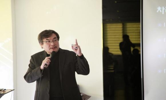 지난 20일 조선비즈 연결지성센터에서 '스티브 잡스의 혁신과 유산'이라는 주제로 열린 연결지성포럼에 연사로 참석한 안진환 인트랜스 대표의 모습/연결지성센터