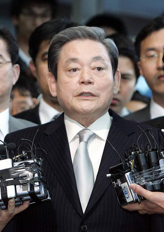 2008년 4월 이건희 삼성그룹 회장이 서울 한남동 삼성특검에 출석하며 기자들의 질문을 받고 있다.