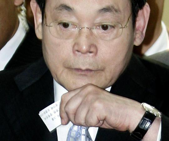 서울 한남동 삼성특검팀 사무실에서 다섯시간의 조사를 받고 귀가하는 이건희 삼성그룹 회장.