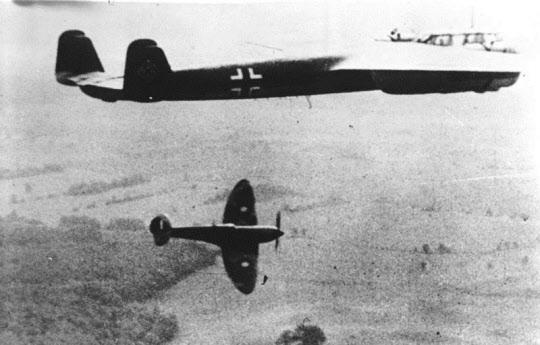 영국 본토 항공전 당시 공습 중인 독일군 Do-17 폭격기를 요격 중인 영국군 스핏화이어 전투기.