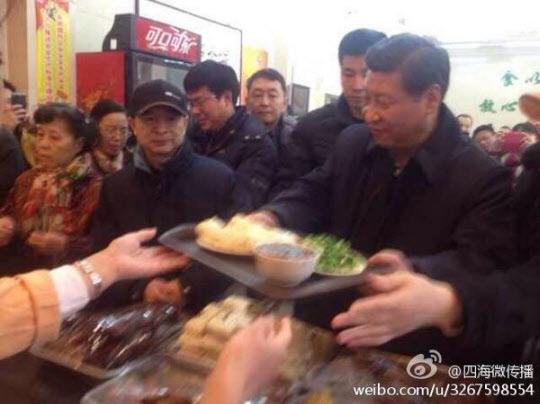 2013년 12월 28일 중국 시진핑 국가주석이 베이징 시내의 허름한 만두집에서 점심 식사를 하기위해 줄을 서서 만두를 사고 있는 모습. 특별한 화제 기사를 보도한 우리 매체들은 첫머리를 좀더 특별하게 만들려고 노력했다.