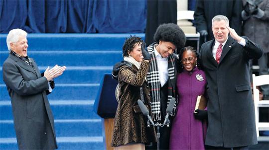 민주당 출신 드블라지오, 109대 뉴욕시장에 취임… 빌 드블라지오(맨 오른쪽) 신임 미 뉴욕시장이 1일(현지 시각) 맨해튼 뉴욕시청에서 가진 취임식에서 가족과 함께 시민들에게 인사하고 있다. 그의 옆부터 부인 셜레인 매크레이, 아들 단테, 딸 키아라. 빌 클린턴(맨 왼쪽) 전 대통령이 드블라지오 가족에게 박수를 보내고 있다