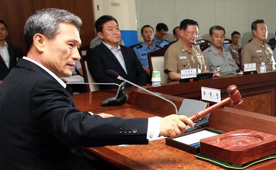 2013년 9월 24일 방추위는 전체회의를 열어 차기 전투기(FX) 기종 결정을 재검토하기로 하는 한편, 한국형 전투기(KFX) 사업을 중기계획 사업으로 정해 조속히 추진키로 했다. 위원회 위원장인 김관진 국방장관이 안건을 상정하는 모습.