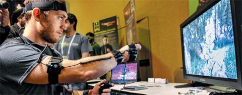 세계 최대 IT·가전 전시회 CES 내일 개막… 미국 라스베이거스에서 열리는 세계 최대 IT·가전 전시회인 CES 개막을 이틀 앞둔 5일(현지 시각), 전시장에서 참가사 관계자가 손과 팔, 머리 등에 착용한 기기로 제어하는 게임을 점검하고 있다. 올해 CES에서는 웨어러블(몸에 걸치는) 기기와 사물 인터넷(internet of things·각종 기기를 통신 기술로 연결해 정보를 주고받게 하는 것)이 주요 주제로 떠오를 전망이다. 역대 최대 규모인 올해 CES에는 전 세계 3200여 기업이 참여해 15만2000여명이 관람할 것으로 예상된다