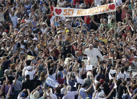 수많은 환영 인파에 둘러싸인 프란치스코 교황./페이스북