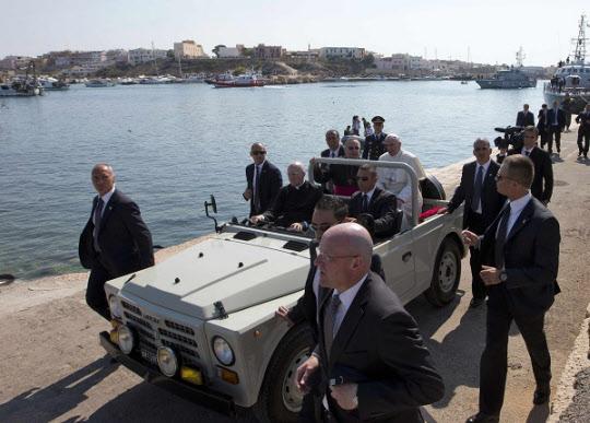 아반떼급 중형차 포드 포쿠스를 타고 이탈리아 남부지방을 방문한 교황./AP
