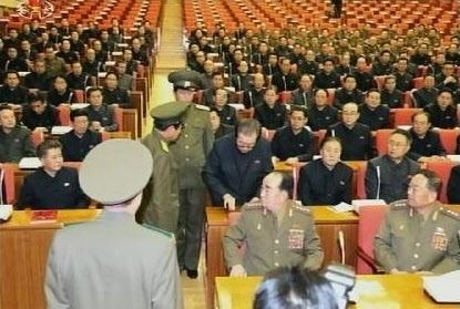 조선중앙TV는 지난달 8일 평양에서 열린 노동당 중앙위 정치국 확대회의 장면이라며 9일 사진을 공개했다. 인민보안부(경찰) 복장을 한 호위사령부(경호부대) 소속 보위부 요원 2명이 장성택 당행정부장을 현장에서 체포하는 장면이다.