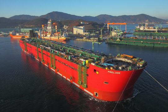 거제 앞바다에 떠오른 세계 최초 FLNG의 웅장한 모습. 축구장 크기 5개 면적의 선체 상부에는 8만톤 규모의 플랜트 설비가 설치될 예정이다.