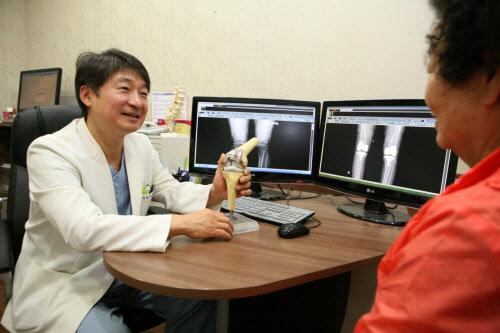 서동원 바른세상병원 원장이 환자에게 무릎의 퇴행성 관절염에 대해 설명하고 있다.