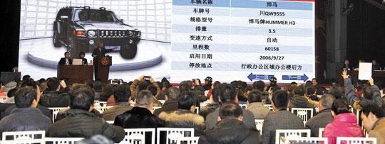 중국의 유명한 국영 주류 회사인 우량예(五粮液)그룹이 11일 쓰촨(四川)성 이빈(宜賓)시 본사에서 회사 소유 관용차에 대한 경매를 진행하고 있다. 우량예는 이번 경매로 관용차 500여대 가운데 340대를 매각할 계획이다. 시진핑(習近平) 지도부는 당·정과 국유기업의 부패·낭비 척결을 진행 중이며, 군(軍)에도 사치 풍조와 뇌물 관행을 근절하라고 지시했다.