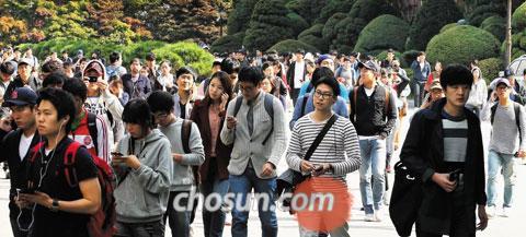 지난해 10월 13일 서울 강남의 한 고등학교에서 삼성 입사 지원자들이 SSAT를 보고 나오는 모습. 당일 전국 83개 고사장에서 삼성직무적성검사 시험을 치른 수험생만 10만명에 달했다.