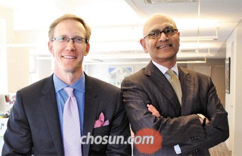 """마이클 레이너(왼쪽) 딜로이트 컨설팅 리서치 부문 대표와 뭄타즈 아메드 최고전략책임자가 뉴욕 딜로이트 본사 사무실에서 웃고 있다. 두 사람은""""내구성·품질 등의 비(非)가격적 가치를 만드는 기업이 성공한다""""고 말했다."""
