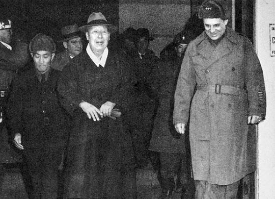 한국 전선 부임 직후 이승만 대통령(왼쪽)을 방문한 리지웨이 미8군 사령관(오른쪽). 잦은 불만을 토로해 이승만 대통령의 자존심을 건드렸다.