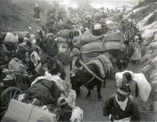 1951년 1월 5일, 1.4 후퇴 당시 서울을 떠나 남으로 향하는 피란민의 행렬./미 국립문서보관소