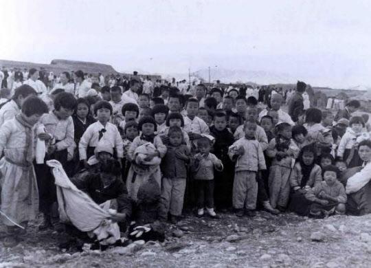 미 해병대 1사단이 설치한 포항의 구호품 배급소에서 옷가지와 신발, 장난감 등을 한두 점씩 받아 든 피란민 아이들. 1·4후퇴 직후인 1951년 2월15일 촬영된 사진이다.
