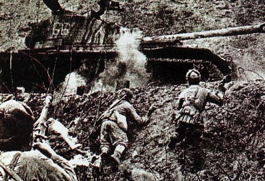 6·25 당시 미군 탱크를 방망이 수류탄으로 공격하는 중공군 특공대.