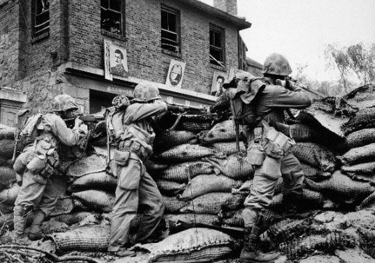 구소련의 스탈린과 북한 김일성 초상화 부근에서 총격전을 벌이고 있는 유엔군 병사들./ 춘천박물관 제공