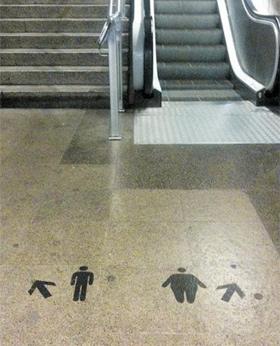 독일의 한 지하철에 설치된 계단 이용 유도 공공 미술품 사진